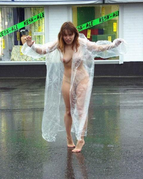 全裸に透明なレインコートを着て楽しそうなただの変態エロ画像。(32枚)・25枚目