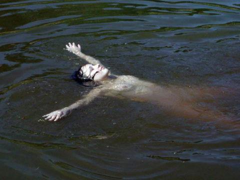 【画像】全裸で水面に浮かぶ女性、みんな共通しておっぱいがエロいwwwwwww・27枚目