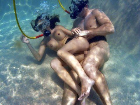 爆乳まんさん、水中でセックスすると おっぱい がこうなる。ロケットすぎやろwwwwwww(画像あり)・28枚目