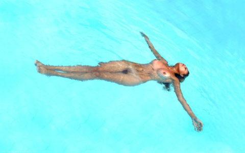 【画像】全裸で水面に浮かぶ女性、みんな共通しておっぱいがエロいwwwwwww・29枚目