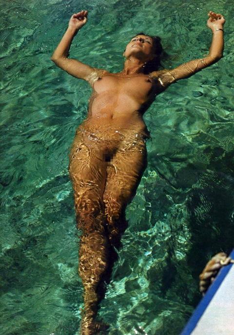【画像】全裸で水面に浮かぶ女性、みんな共通しておっぱいがエロいwwwwwww・3枚目