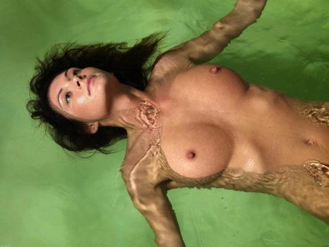 【画像】全裸で水面に浮かぶ女性、みんな共通しておっぱいがエロいwwwwwww・30枚目