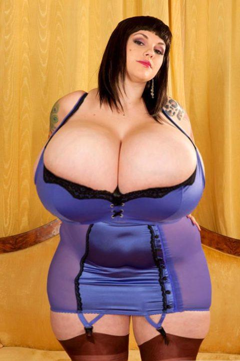 【超乳】天然モノの世界の超爆乳女のおっぱいをご覧ください。(35枚)・32枚目