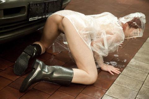 全裸に透明なレインコートを着て楽しそうなただの変態エロ画像。(32枚)・30枚目