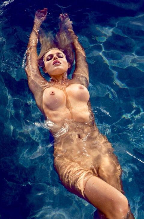 【画像】全裸で水面に浮かぶ女性、みんな共通しておっぱいがエロいwwwwwww・33枚目