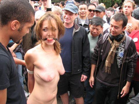 全裸女を従え街を徘徊する羨ましいとしか思わないエロ画像集。(40枚)・34枚目