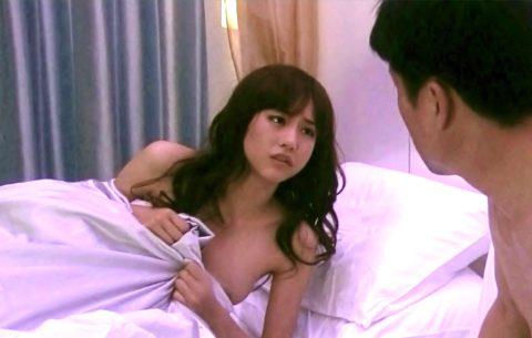 【ポロリ】乳首がハッキリ見えた女性芸能人のハプニング画像集(96枚)・82枚目