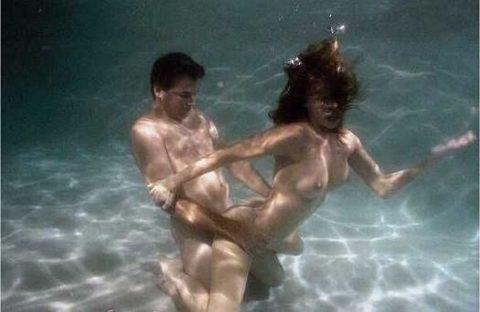 爆乳まんさん、水中でセックスすると おっぱい がこうなる。ロケットすぎやろwwwwwww(画像あり)・4枚目