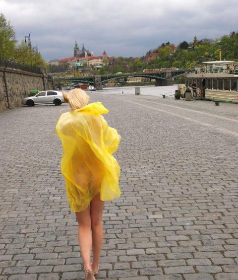 全裸に透明なレインコートを着て楽しそうなただの変態エロ画像。(32枚)・3枚目