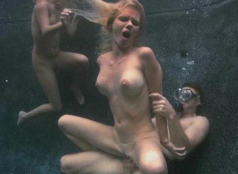 爆乳まんさん、水中でセックスすると おっぱい がこうなる。ロケットすぎやろwwwwwww(画像あり)・5枚目