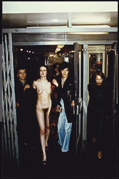 全裸女を従え街を徘徊する羨ましいとしか思わないエロ画像集。(40枚)・5枚目