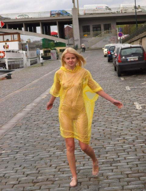 全裸に透明なレインコートを着て楽しそうなただの変態エロ画像。(32枚)・4枚目