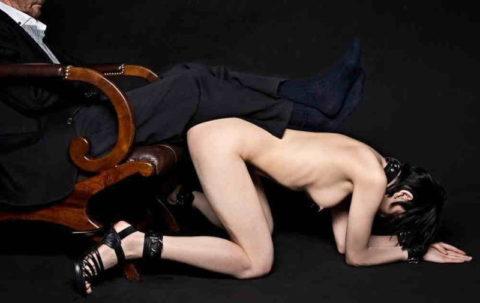 全裸女を従え街を徘徊する羨ましいとしか思わないエロ画像集。(40枚)・6枚目