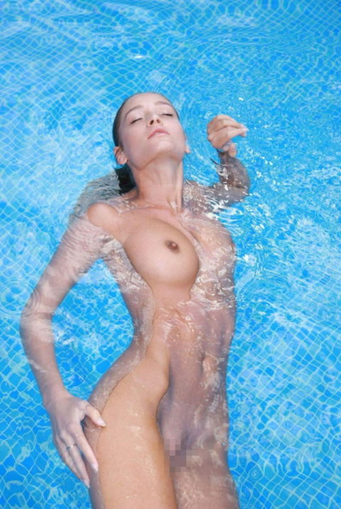 【画像】全裸で水面に浮かぶ女性、みんな共通しておっぱいがエロいwwwwwww・8枚目