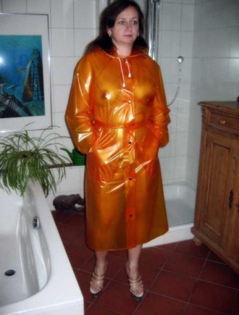 全裸に透明なレインコートを着て楽しそうなただの変態エロ画像。(32枚)・7枚目