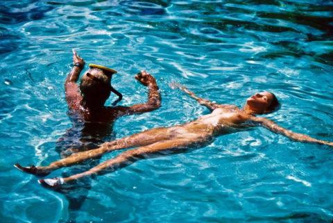 【画像】全裸で水面に浮かぶ女性、みんな共通しておっぱいがエロいwwwwwww・9枚目