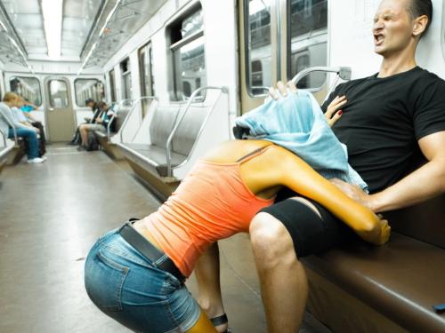 【キチ】バスとか電車でガチでヤッちゃうバカップルが撮影される。。(35枚)・1枚目