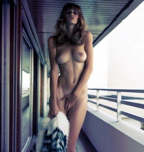 【画像】ガチの露出狂になり切れない女が全裸で外に出た結果wwwww・1枚目