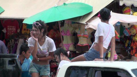 【画像】タイの水掛け合う「ソンクラーン」とかいう祭り。天国すぎワロタwwwwwww・12枚目