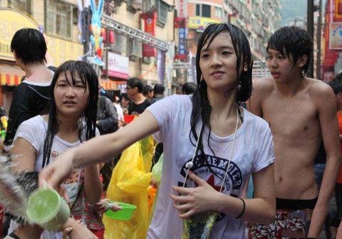 【画像】タイの水掛け合う「ソンクラーン」とかいう祭り。天国すぎワロタwwwwwww・16枚目