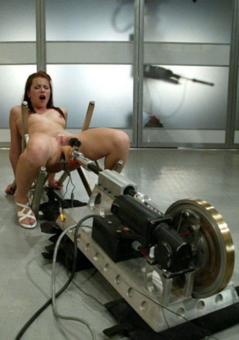【マンコ破壊】1秒に5ピストンするセックスマシーンの生贄になった女をご覧ください・・・(40枚)・16枚目