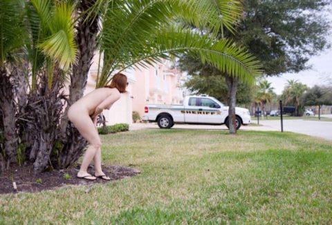 【画像】ガチの露出狂になり切れない女が全裸で外に出た結果wwwww・16枚目