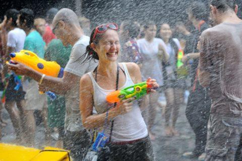 【画像】タイの水掛け合う「ソンクラーン」とかいう祭り。天国すぎワロタwwwwwww・17枚目