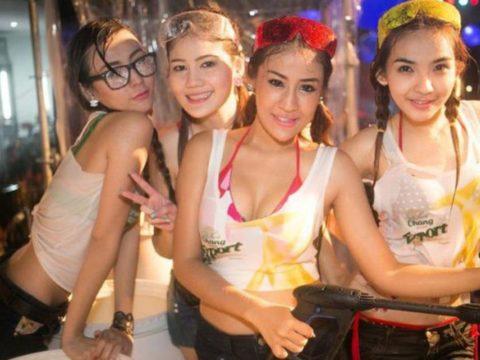 【画像】タイの水掛け合う「ソンクラーン」とかいう祭り。天国すぎワロタwwwwwww・19枚目
