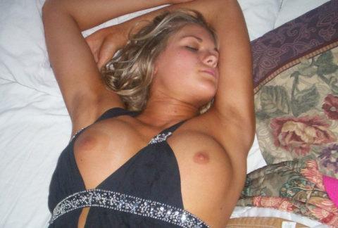 【画像あり】ノーブラ習慣の海外まんさん、酔った末に寝てしまった結果こうなります。・2枚目