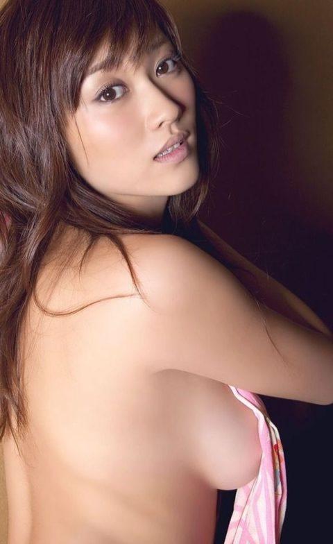 【画像】セミヌードで「横乳」を晒す女性芸能人。ベスト横乳はどれ??(27枚)・20枚目