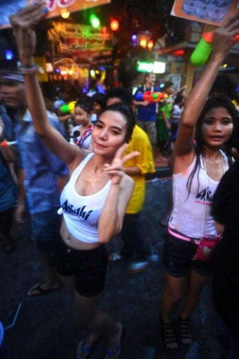 【画像】タイの水掛け合う「ソンクラーン」とかいう祭り。天国すぎワロタwwwwwww・21枚目