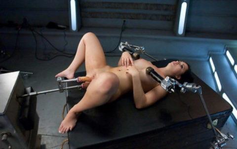 【マンコ破壊】1秒に5ピストンするセックスマシーンの生贄になった女をご覧ください・・・(40枚)・22枚目