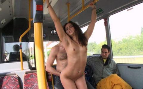 【キチ】バスとか電車でガチでヤッちゃうバカップルが撮影される。。(35枚)・21枚目