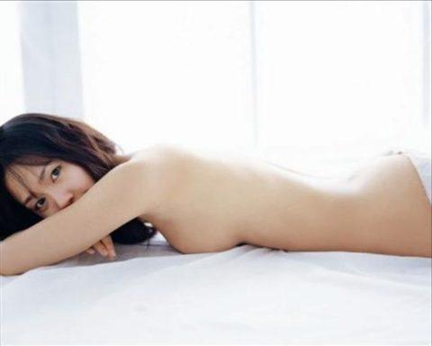 【画像】セミヌードで「横乳」を晒す女性芸能人。ベスト横乳はどれ??(27枚)・23枚目