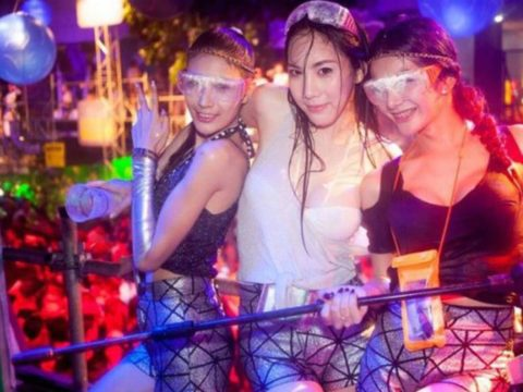 【画像】タイの水掛け合う「ソンクラーン」とかいう祭り。天国すぎワロタwwwwwww・23枚目