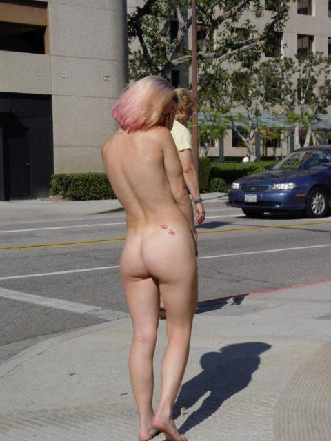 【画像】ガチの露出狂になり切れない女が全裸で外に出た結果wwwww・23枚目