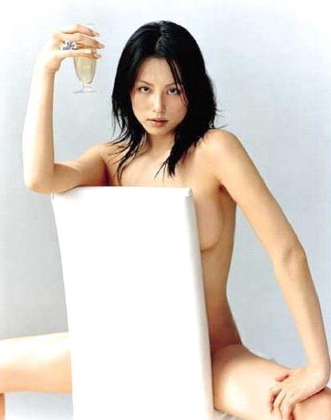 【画像】セミヌードで「横乳」を晒す女性芸能人。ベスト横乳はどれ??(27枚)・24枚目
