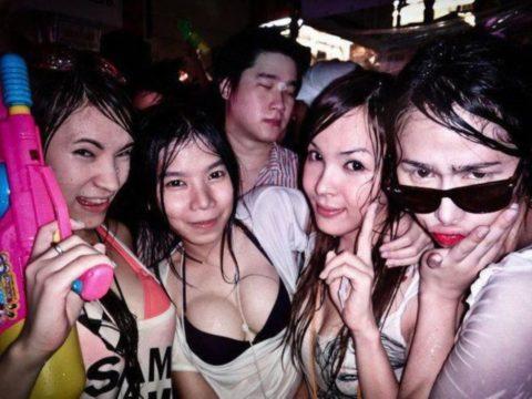 【画像】タイの水掛け合う「ソンクラーン」とかいう祭り。天国すぎワロタwwwwwww・24枚目