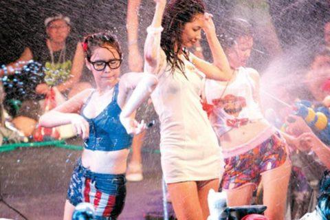 【画像】タイの水掛け合う「ソンクラーン」とかいう祭り。天国すぎワロタwwwwwww・25枚目