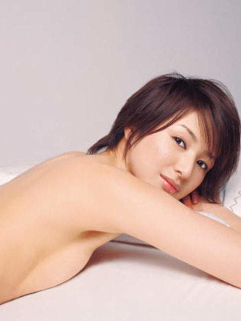 【画像】セミヌードで「横乳」を晒す女性芸能人。ベスト横乳はどれ??(27枚)・26枚目