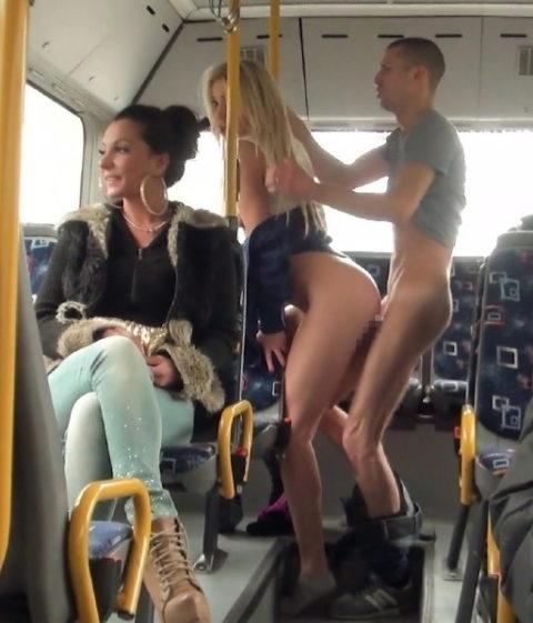 【キチ】バスとか電車でガチでヤッちゃうバカップルが撮影される。。(35枚)・26枚目