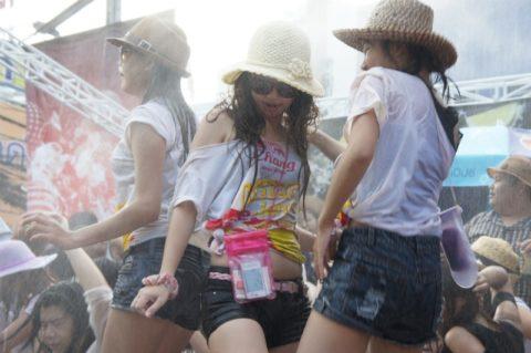 【画像】タイの水掛け合う「ソンクラーン」とかいう祭り。天国すぎワロタwwwwwww・28枚目