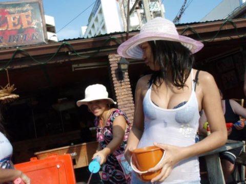 【画像】タイの水掛け合う「ソンクラーン」とかいう祭り。天国すぎワロタwwwwwww・29枚目