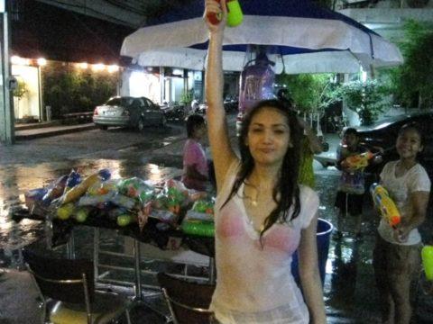 【画像】タイの水掛け合う「ソンクラーン」とかいう祭り。天国すぎワロタwwwwwww・32枚目