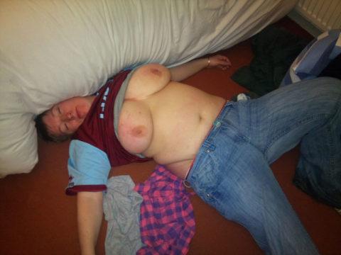 【画像あり】ノーブラ習慣の海外まんさん、酔った末に寝てしまった結果こうなります。・33枚目