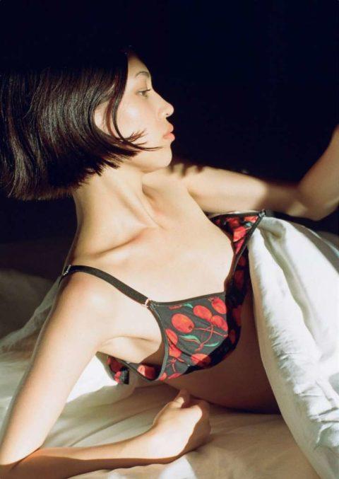 【画像あり】乳首を見せたがる水原希子さん、フォルムがガッカリすぎるわwwwwww・33枚目
