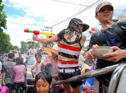 【画像】タイの水掛け合う「ソンクラーン」とかいう祭り。天国すぎワロタwwwwwww・33枚目
