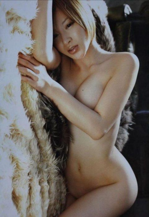 【画像】セミヌードで「横乳」を晒す女性芸能人。ベスト横乳はどれ??(27枚)・4枚目