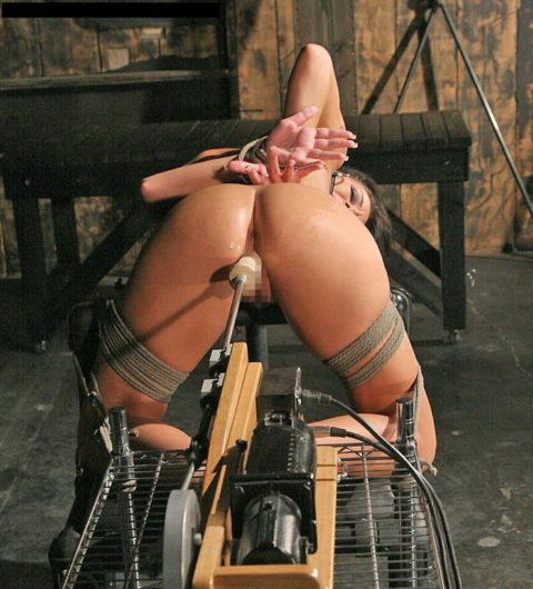 【マンコ破壊】1秒に5ピストンするセックスマシーンの生贄になった女をご覧ください・・・(40枚)・40枚目
