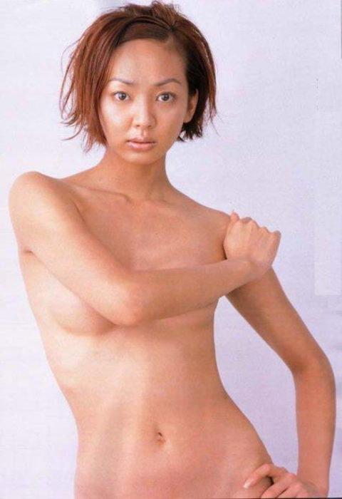 【画像】セミヌードで「横乳」を晒す女性芸能人。ベスト横乳はどれ??(27枚)・6枚目